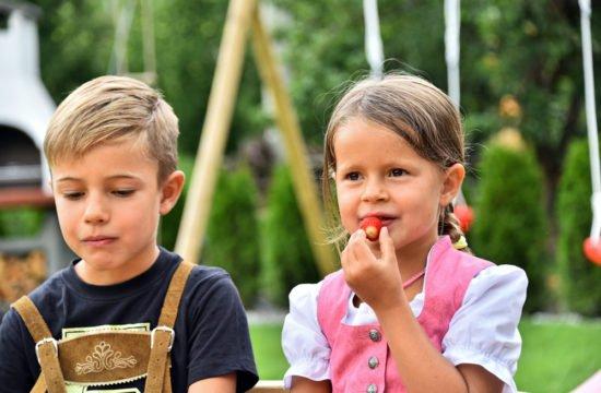 kinder-spielplatz-früchte-essen